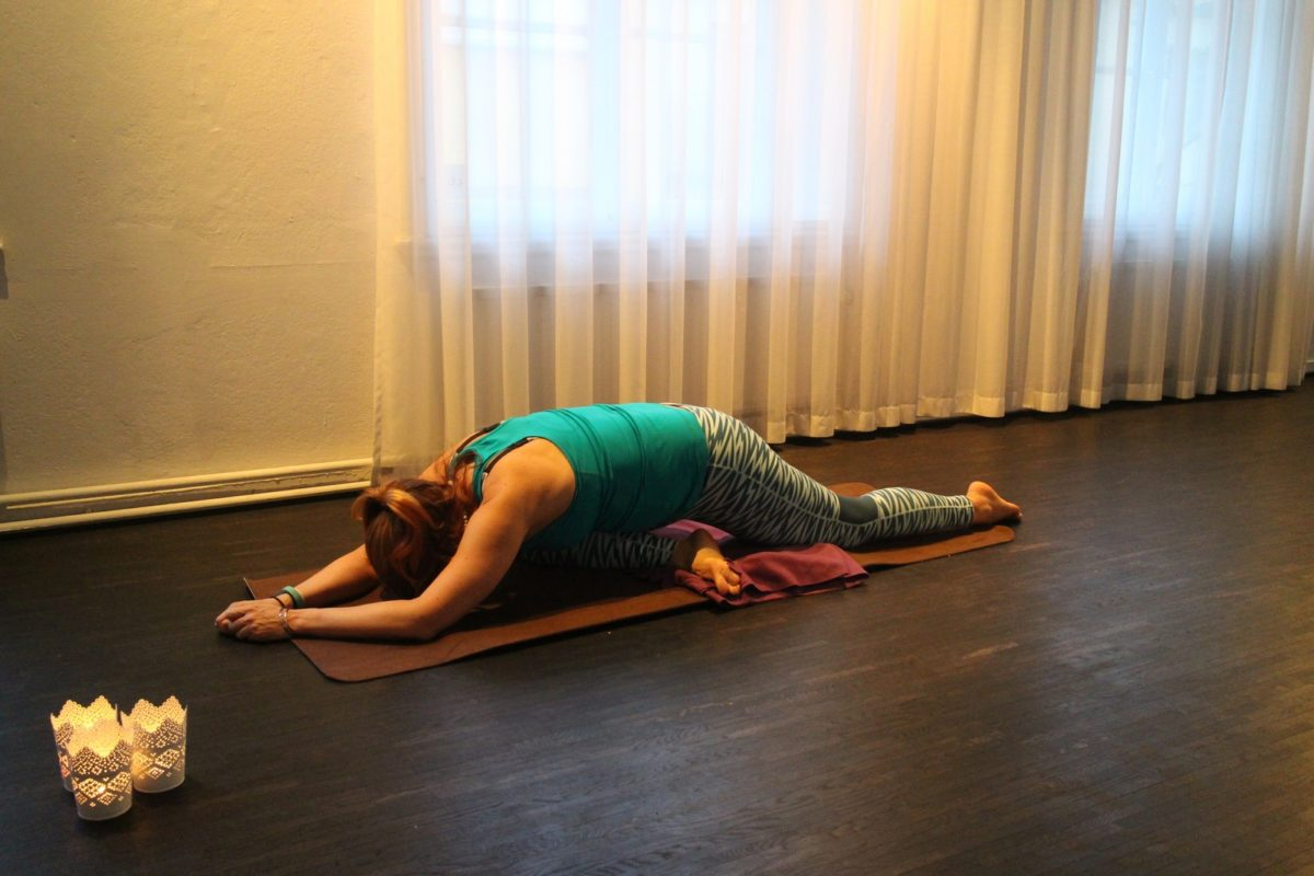 Yin yoga sovande svanen